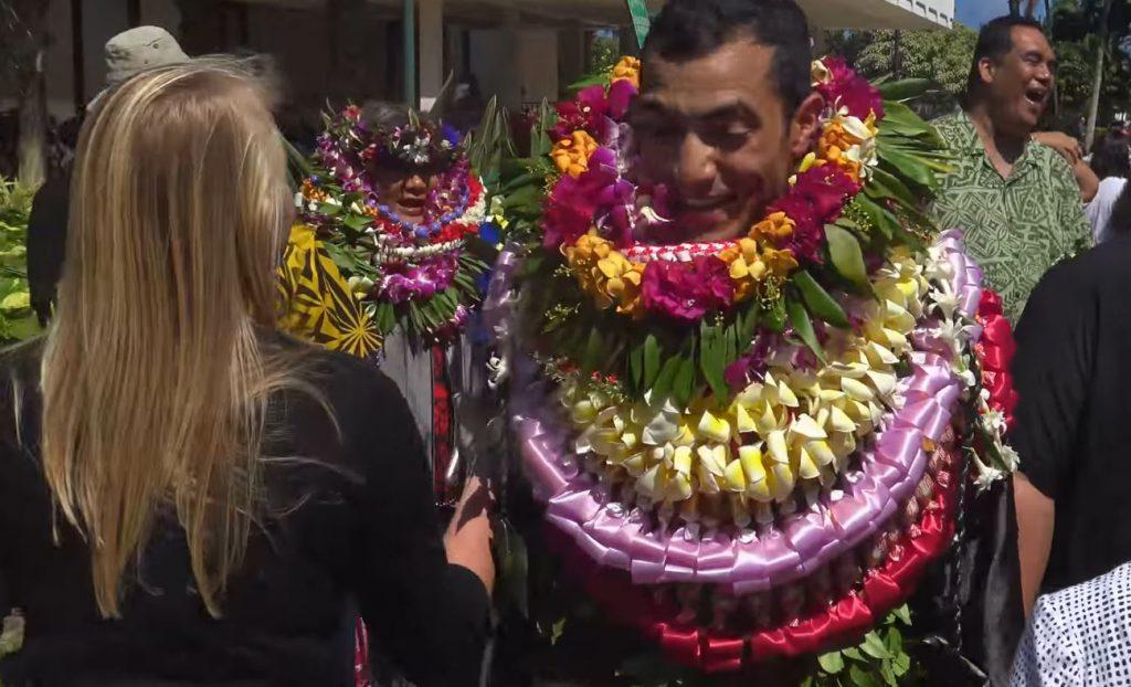 ofrenda de collares hawaianos